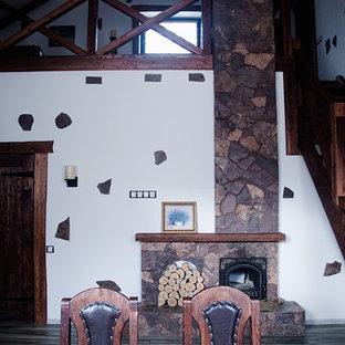 Ejemplo de sala de estar abierta, de estilo de casa de campo, pequeña, con paredes blancas y televisor colgado en la pared