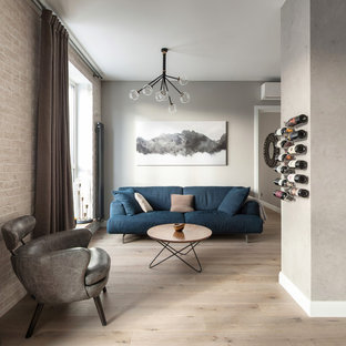 Стильный дизайн: гостиная комната в современном стиле с серыми стенами, светлым паркетным полом и бежевым полом - последний тренд