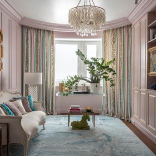 Esempio di un soggiorno chic chiuso con pareti rosa, parquet scuro e pavimento marrone
