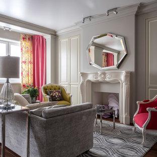 Пример оригинального дизайна интерьера: гостиная комната в стиле современная классика с серыми стенами, темным паркетным полом и коричневым полом