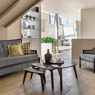 На фото: большая гостиная комната в современном стиле с бежевыми стенами, бежевым полом и светлым паркетным полом с