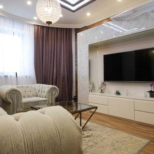 На фото: со средним бюджетом открытые гостиные комнаты среднего размера в современном стиле с телевизором на стене, паркетным полом среднего тона и коричневым полом