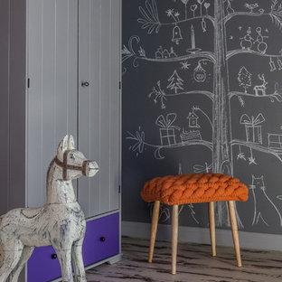 Idee per un grande soggiorno design chiuso con sala giochi, pareti grigie e pavimento in laminato