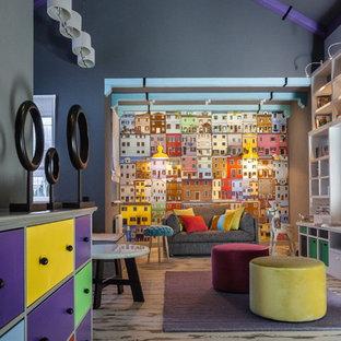 Immagine di un grande soggiorno eclettico con sala giochi, pareti grigie e pavimento in laminato