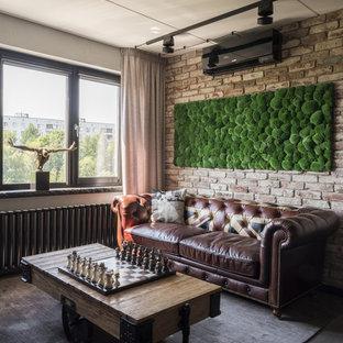 Foto de salón abierto, urbano, con paredes marrones y suelo de madera oscura
