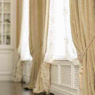Esempio di un grande soggiorno vittoriano stile loft con libreria, pareti bianche, pavimento in legno verniciato e pavimento marrone