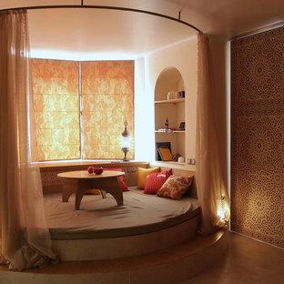 Imagen de salón asiático, pequeño, sin televisor, con paredes beige y suelo de corcho