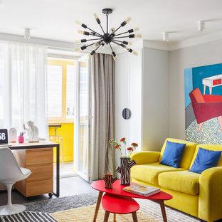 Стильный дизайн: маленькая парадная, изолированная гостиная комната в стиле фьюжн с серыми стенами, темным паркетным полом и серым полом - последний тренд