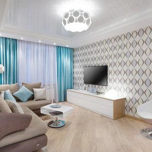 Свежая идея для дизайна: парадная, изолированная гостиная комната среднего размера в стиле фьюжн с разноцветными стенами, светлым паркетным полом, телевизором на стене и бежевым полом - отличное фото интерьера