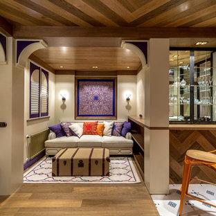 На фото: гостиные комнаты в стиле фьюжн с бежевыми стенами