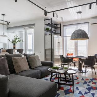 Стильный дизайн: изолированная гостиная комната среднего размера в современном стиле с серыми стенами, телевизором на стене и бежевым полом - последний тренд