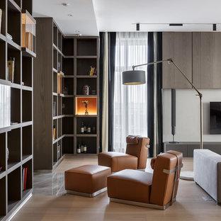 Идея дизайна: гостиная комната в современном стиле с белыми стенами, светлым паркетным полом, телевизором на стене и бежевым полом