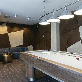 Пример оригинального дизайна: комната для игр в современном стиле с коричневым полом и разноцветными стенами