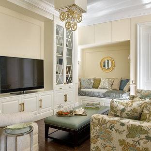 Свежая идея для дизайна: гостиная комната в классическом стиле с бежевыми стенами, паркетным полом среднего тона, коричневым полом и отдельно стоящим ТВ - отличное фото интерьера