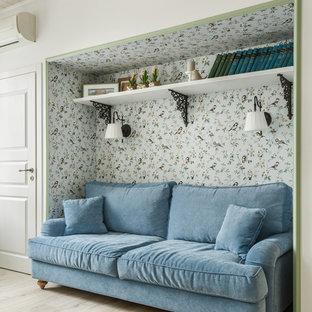 Новые идеи обустройства дома: гостиная комната в скандинавском стиле с библиотекой, белыми стенами, светлым паркетным полом и бежевым полом