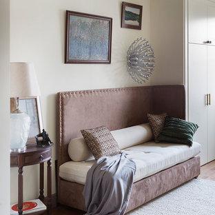 Стильный дизайн: маленькая открытая гостиная комната в стиле современная классика с паркетным полом среднего тона, коричневым полом и белыми стенами - последний тренд