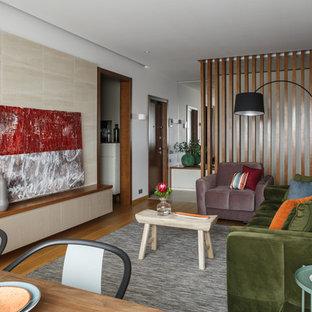 Неиссякаемый источник вдохновения для домашнего уюта: парадная, изолированная гостиная комната в современном стиле с белыми стенами, паркетным полом среднего тона и коричневым полом