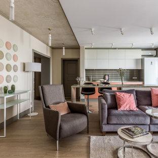 Стильный дизайн: открытая гостиная комната в современном стиле с белыми стенами, паркетным полом среднего тона, коричневым полом и потолком с обоями - последний тренд