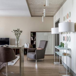 Idées déco pour un salon avec une bibliothèque ou un coin lecture contemporain de taille moyenne et ouvert avec un mur beige, un sol en bois brun, aucune cheminée, un téléviseur indépendant et un plafond en papier peint.
