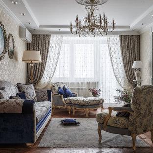 モスクワのトランジショナルスタイルのおしゃれなリビング (ベージュの壁、無垢フローリング、折り上げ天井、壁紙) の写真