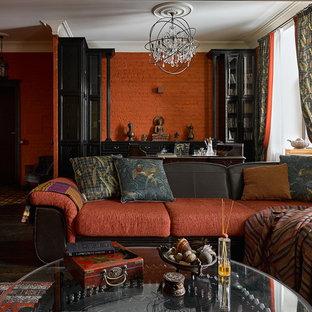 Esempio di un grande soggiorno bohémian con sala formale, pareti rosse, parquet scuro e nessun camino