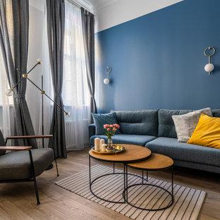 Mittelgroßes, Fernseherloses, Abgetrenntes Nordisches Wohnzimmer ohne Kamin mit blauer Wandfarbe, braunem Holzboden, braunem Boden und Tapetenwänden in Sankt Petersburg