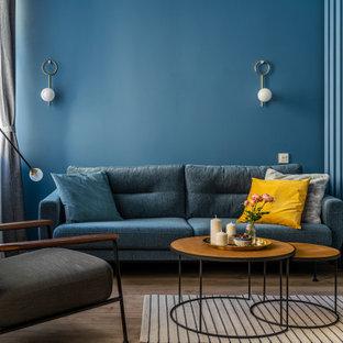 Ispirazione per un soggiorno nordico di medie dimensioni e chiuso con pareti blu, pavimento in legno massello medio, nessun camino, nessuna TV, pavimento marrone e carta da parati