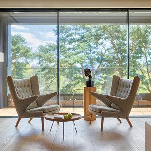 На фото: открытые гостиные комнаты среднего размера в современном стиле с белыми стенами, паркетным полом среднего тона и коричневым полом