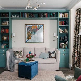 Modelo de sala de estar con biblioteca cerrada, clásica, con paredes beige, suelo de madera oscura y suelo marrón