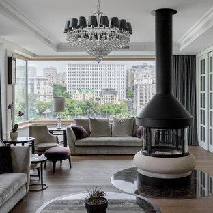 Неиссякаемый источник вдохновения для домашнего уюта: гостиная комната в стиле современная классика с белыми стенами, паркетным полом среднего тона, коричневым полом и двусторонним камином