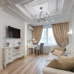 Стильный дизайн: изолированная гостиная комната среднего размера в классическом стиле с белыми стенами, светлым паркетным полом, телевизором на стене и бежевым полом - последний тренд