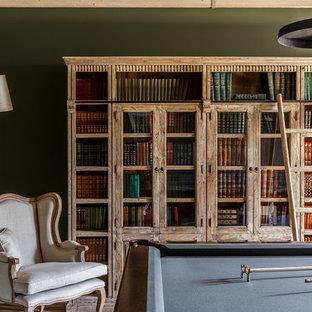 Источник вдохновения для домашнего уюта: комната для игр в стиле современная классика с паркетным полом среднего тона, коричневым полом и зелеными стенами