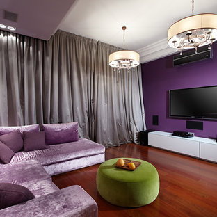 Ispirazione per un soggiorno minimal con pareti viola, nessun camino e TV a parete