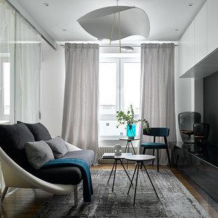 Идея дизайна: гостиная комната среднего размера в современном стиле с белыми стенами, паркетным полом среднего тона и коричневым полом