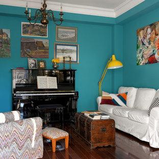 Idee per un soggiorno tradizionale con pareti blu, pavimento in legno massello medio e pavimento marrone