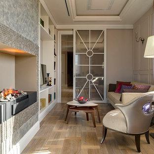 Пример оригинального дизайна: большая парадная гостиная комната в стиле современная классика с бежевыми стенами, паркетным полом среднего тона, горизонтальным камином, фасадом камина из металла, отдельно стоящим ТВ и коричневым полом