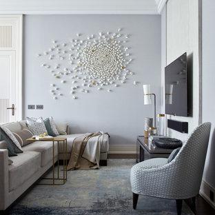 Modelo de salón abierto, actual, de tamaño medio, sin chimenea, con paredes grises, suelo de madera oscura, televisor colgado en la pared y suelo azul