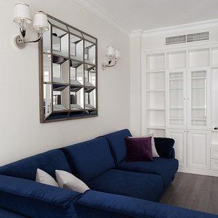 Неиссякаемый источник вдохновения для домашнего уюта: гостиная комната в стиле современная классика с темным паркетным полом и бежевыми стенами без камина