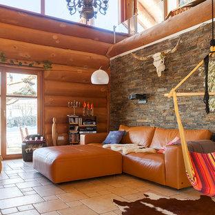 Идея дизайна: гостиная комната в стиле рустика с разноцветными стенами и полом из терракотовой плитки