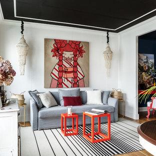 Свежая идея для дизайна: парадная, изолированная гостиная комната в стиле фьюжн с белыми стенами, паркетным полом среднего тона и бежевым полом - отличное фото интерьера