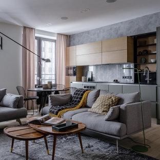 Стильный дизайн: открытая гостиная комната среднего размера в современном стиле с серыми стенами, светлым паркетным полом и бежевым полом - последний тренд