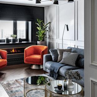 Пример оригинального дизайна: маленькая парадная, открытая гостиная комната в современном стиле с серыми стенами, полом из винила, фасадом камина из металла, телевизором на стене, бежевым полом, горизонтальным камином и панелями на стенах