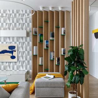モスクワの広い北欧スタイルのおしゃれなLDK (ライブラリー、白い壁、無垢フローリング、暖炉なし、壁掛け型テレビ、ベージュの床) の写真