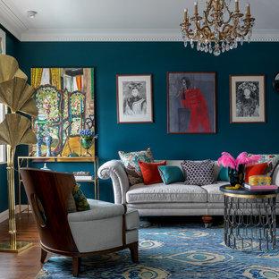 Стильный дизайн: гостиная комната в стиле фьюжн с синими стенами, темным паркетным полом и коричневым полом - последний тренд