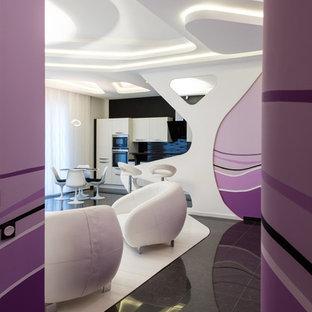 Immagine di un soggiorno minimal di medie dimensioni e aperto con angolo bar, pareti bianche, parquet chiaro, TV a parete e pavimento bianco