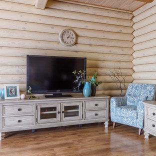 Идея дизайна: изолированная гостиная комната в стиле кантри с бежевыми стенами, паркетным полом среднего тона, отдельно стоящим ТВ и коричневым полом