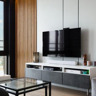 Ispirazione per un soggiorno design di medie dimensioni con pareti bianche, pavimento in laminato, TV a parete, pavimento beige, soffitto ribassato e pannellatura