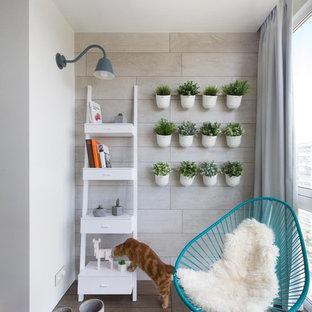Новые идеи обустройства дома: гостиная комната в современном стиле с бежевыми стенами и темным паркетным полом без камина