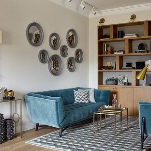 Пример оригинального дизайна интерьера: парадная, открытая гостиная комната в стиле современная классика с бежевыми стенами, паркетным полом среднего тона и коричневым полом
