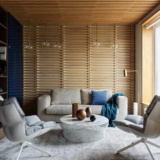 Идея дизайна: гостиная комната в современном стиле с паркетным полом среднего тона, коричневым полом, деревянным потолком и деревянными стенами